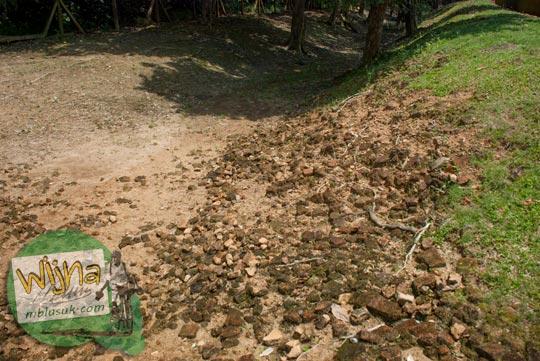 Parit bekas kanal yang mengelilingi Candi Kembar Batu Muaro Jambi di tahun 2015