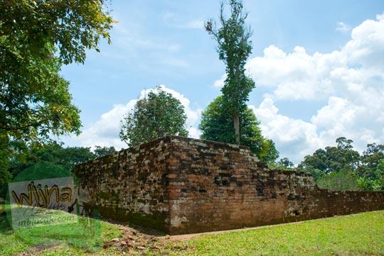 Pagar Batu yang mengelilingi Candi Kembar Batu Muaro Jambi di tahun 2015
