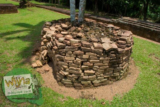 Tumpukan batu bata di Candi Kembar Batu Muaro Jambi di tahun 2015