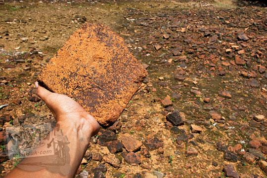 penelitian bentuk jenis kondisi karakteristik batu bata sebagai material bahan penyusun pembangunan kompleks Candi Sialang Muaro Jambi pada April 2015