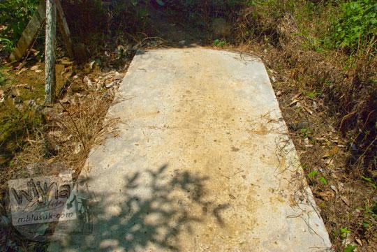 Ujung mentok jalan setapak hutan yang diperkokoh dengan semen dari Candi Kedaton menuju Candi Sialang Muaro Jambi pada April 2015