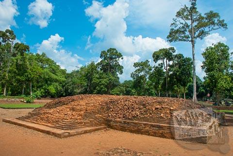 Reruntuhan candi perwara di dekat Candi Tinggi di Kompleks Percandian Muaro Jambi pada bulan April 2015