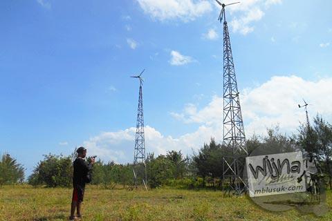 kincir angin pembangkit listrik di pantai baru, srandakan, Bantul di tahun 2015