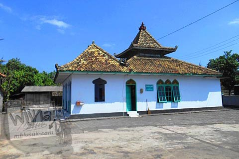 Masjid yang ada di kawasan Pantai Trisik, kecamatan Galur, Kulon Progo di tahun 2015