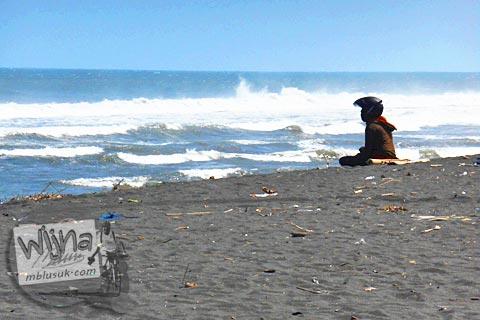 Merenungi diri di kesunyian Pantai Trisik, kecamatan Galur, Kulon Progo di tahun 2015
