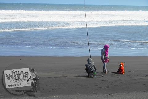 Warga memancing bersama anak di Pantai Trisik, kecamatan Galur, Kulon Progo di tahun 2015