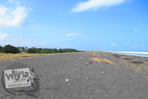 Pemandangan alam indah di Pantai Trisik, kecamatan Galur, Kulon Progo di tahun 2015