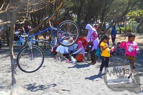 anak-anak bermain di pantai baru, srandakan, Bantul di tahun 2015