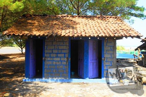 toilet umum di kawasan Pantai Trisik, kecamatan Galur, Kulon Progo di tahun 2015