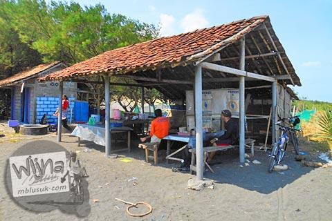 warung sederhana di Pantai Trisik, kecamatan Galur, Kulon Progo di tahun 2015
