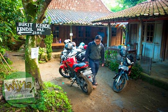 area parkir kendaraan pengunjung Bukit Kendil di Desa Giritengah bisa menampung bus, mobil, dan sepeda motor