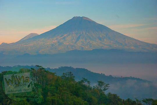keindahan panorama gunung Sumbing dan gunung Sindoro dari puncak Bukit Kendil di Desa Giritengah, Magelang, Jawa Tengah