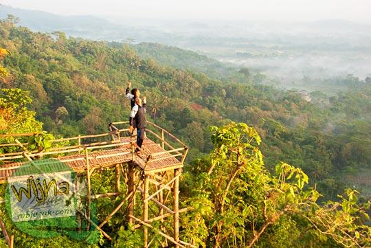 lokasi foto selfie ramai-ramai di puncak Gunung Gupakan, di Desa Giritengah, Borobudur, Magelang, Jawa Tengah