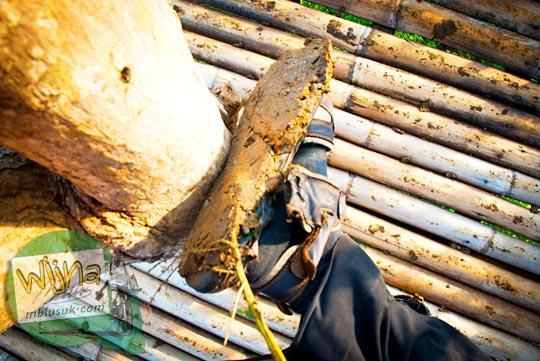 keras dan liatnya lumpur yang menempel di alas kaki pengunjung saat singgah di Bukit Kendil, di Desa Giritengah