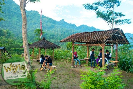 mahasiswa mojok pacaran berdua-duaan menikmati pemandangan dari Bukit Kendil, Magelang sambil pelukan
