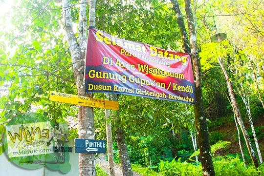spanduk petunjuk arah menuju Bukit Kendil, di Dekat Candi Borobudur yang menyajikan pemandangan indah empat gunung