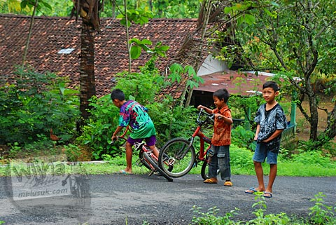 Anak-anak desa dusun Payahan, Surocolo di Pundong, Bantul pada Desember 2015