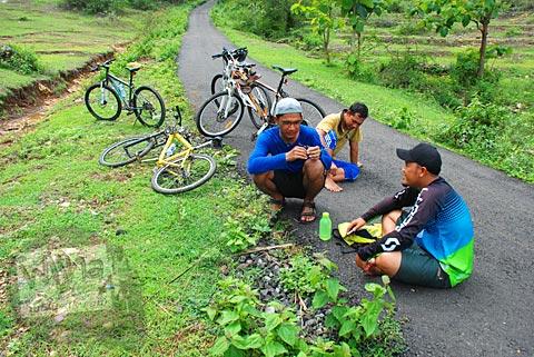 Istirahat di pinggir jalan tempat gelar tenda menuju kawasan Gua Jepang di Pundong, Bantul pada Desember 2015
