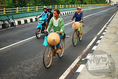 Warga bersepeda di jembatan baru Pundong, Bantul pada Desember 2015