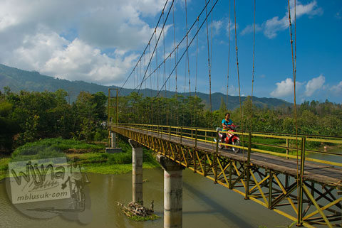 Jembatan gantung kuning melintasi kali opak di Pundong, Bantul pada Desember 2015