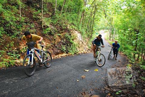 Menuntun sepeda halal menuju kawasan Gua Jepang di Pundong, Bantul pada Desember 2015