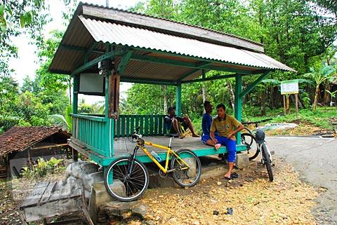 Pesepeda beristirahat di pos ronda dusun Payahan, Selorejo, Pundong, Bantul pada Desember 2015