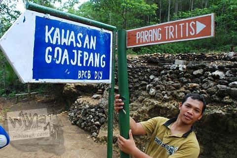 Rambu petunjuk arah menuju Gua Jepang di Pundong, Bantul pada Desember 2015