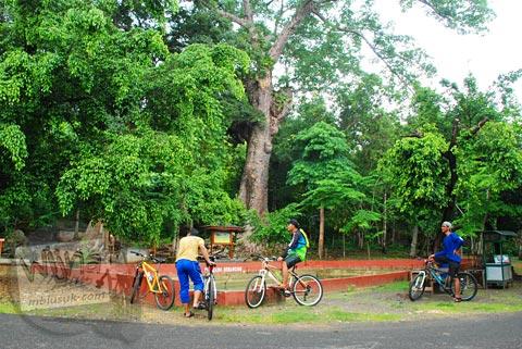 Bersepeda menuju sendang Surocolo di Pundong, Bantul pada Desember 2015