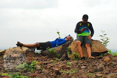 Terkapar tak berdaya di tanah lapang menuju kawasan Gua Jepang Pundong dan Gua Surocolo di Pundong, Bantul pada Desember 2015