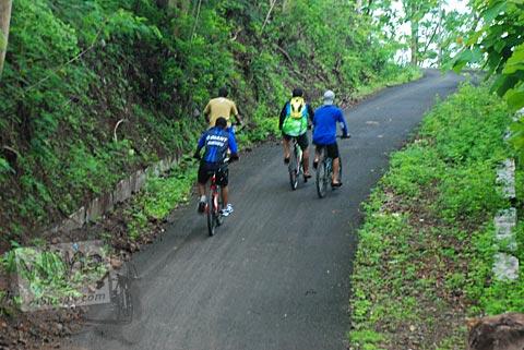 Tanjakan curam pertama menuju kawasan Gua Jepang Pundong dan Gua Surocolo di Pundong, Bantul pada Desember 2015