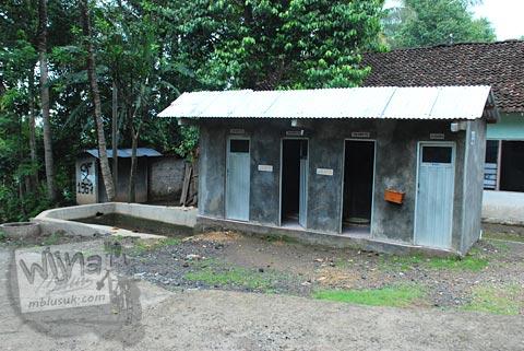 Fasilitas toilet umum di kawasan sendang Surocolo di Pundong, Bantul pada Desember 2015