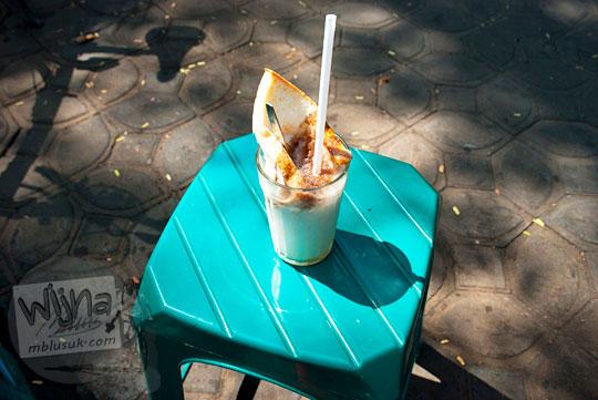 Segelas es kapal yang dijual di sekitar taman Sriwedari Solo rasanya enak dan harganya murah-meriah