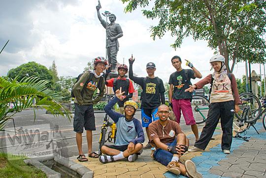 Kenangan cerita dan foto bersepeda dari Yogyakarta ke Solo bersama teman-teman semasa muda dahulu