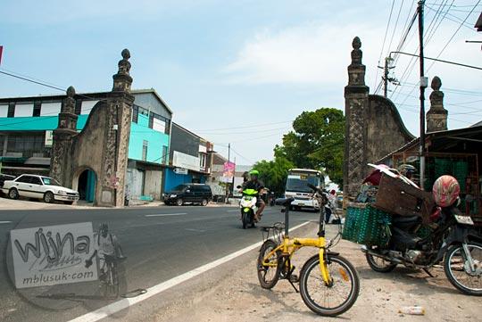 Gapura perbatasan wilayah kota Solo dan kabupaten Sukoharjo di Jawa Tengah pada September 2015