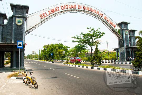 Gapura masuk ke wilayah Kota Sukoharjo, Jawa Tengah pada September 2015