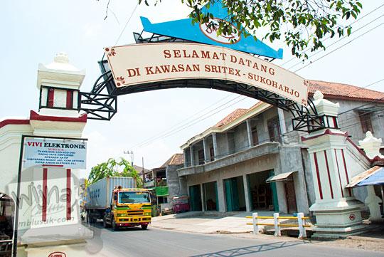 Gapura masuk kawasan pabrik PT Sritex yang ada di Desa Jetis, Sukoharjo, Jawa Tengah pada September 2015
