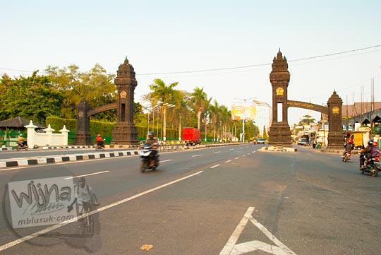 Gapura Perbatasan Provinsi Yogyakarta dan Jawa Tengah yang ada di kecamatan Prambanan pada September 2015