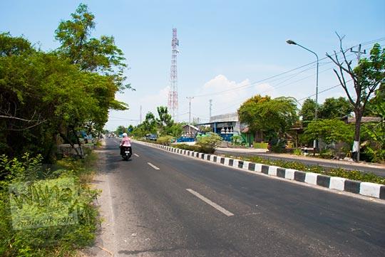 Suasana di jalan raya yang menghubungkan Kota Solo dan Kota Sukoharjo, Jawa Tengah pada September 2015