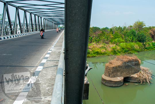 Pemandangan di Jembatan Bacem Sukoharjo, Jawa Tengah pada September 2015. Jembatan Bacem merupakan tempat pembantaian orang-orang yang diduga terlibat PKI. Letak Jembatan bacem ada di perbatasan Solo - Sukoharjo, berikut panduannya.