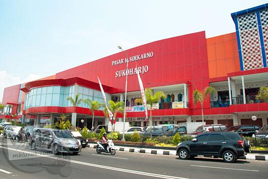 Pemandangan di depan Pasar Sukarno yang ada di pusat Kota Sukoharjo, Jawa Tengah pada September 2015