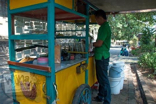 Penjual es kapal paling enak di Solo lokasinya ada di trotoar di jalan slamet riyadi di dekat stadiun Sriwedari