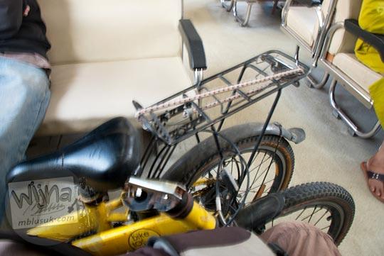 Posisi terbaik untuk penumpang kereta api yang membawa sepeda lipat. Trik untuk mengemas sepeda lipat di kereta agar tidak dipungut biaya lebih oleh kondektur.