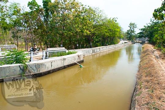 Saluran irigasi besar yang ada di wilayah Sukoharjo, Jawa Tengah pada September 2015