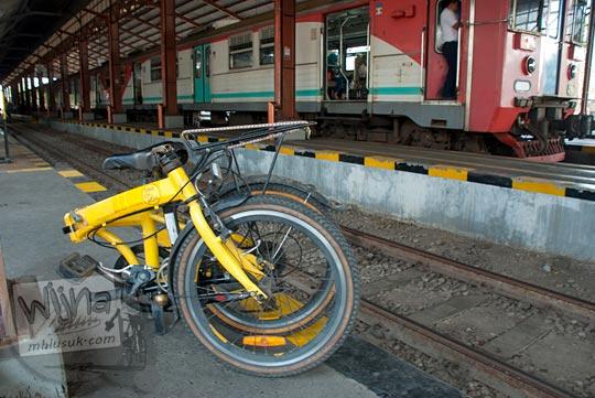 Orang-orang membawa sepeda lipat masuk stasiun Purwosari, Solo pada September 2015. Ada biaya khusus yang dikenakan untuk sepeda lipat.