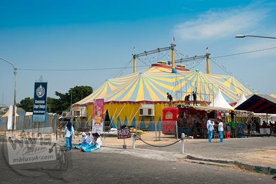 Pagelaran sirkus di alun-alun selatan keraton Surakarta, Jawa Tengah pada September 2015