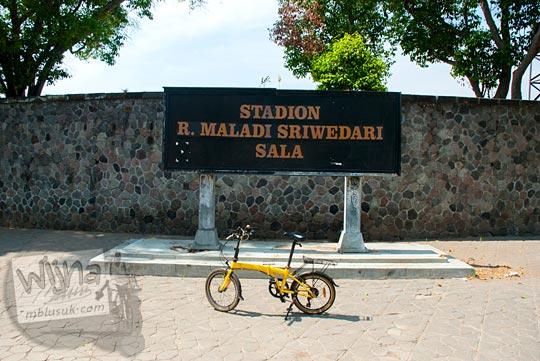 Berfoto bersama sepeda di depan stadiun Sriwedari di Kota Solo, Jawa Tengah sebelum stadiun Sriwedari digusur dan dihancurkan