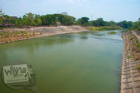 Sungai Bengawan Solo yang bersih mengalir di bawah Jembatan Banmati di Sukoharjo, Jawa Tengah pada September 2015