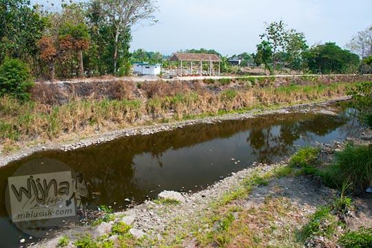 Foto Sungai Dengkeng yang menjadi batas wilayah Klaten dan Sukoharjo, Jawa Tengah pada September 2015