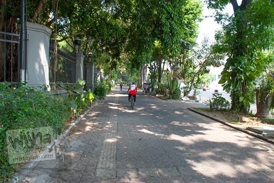 Bersepeda nyaman di sepanjang trotoar jalan slamet riyadi di kota Solo, Jawa Tengah