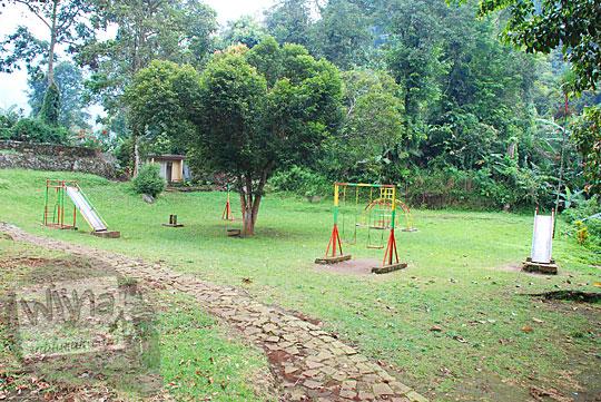 Lapangan rekreasi permainan anak di Curug Cipendok, Banyumas pada tahun 2016